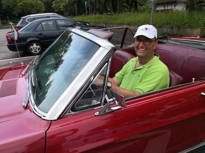 Vorstandsvorsitzender der Bite AG Jochen Hahn im Ford Mustang Cabrio